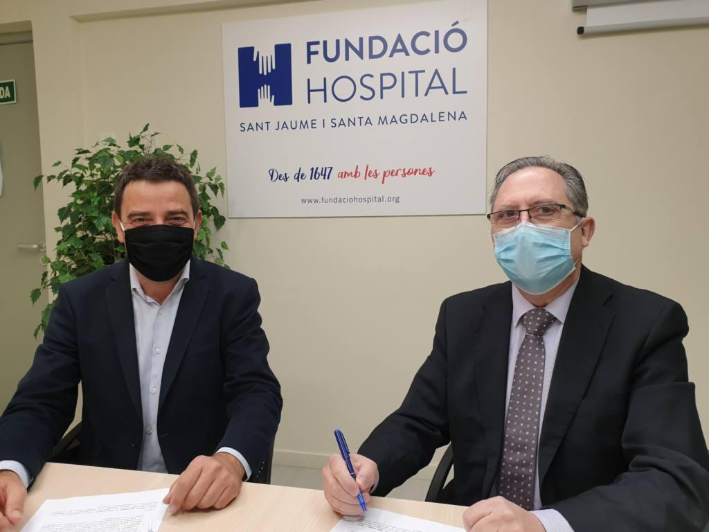 Sr. Jordi Vilana, Director General de la Fundació Hospital de Sant Jaume i Santa Magdalena i el Sr. Josep Maria Cabré, President del Consell d'Administració de Cabré Junqueras, durant la signatura del nou conveni